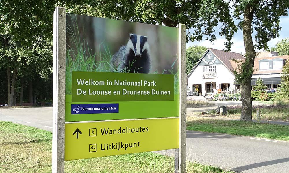 Schild zum Eingang des Nationalparks De Loonse en Drunense Duinen.