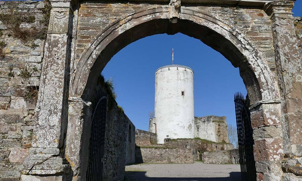 Turm hinter einem Tor
