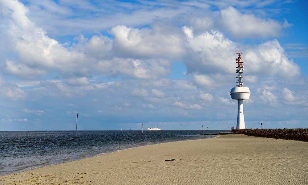 Weißer Radarturm am Strand
