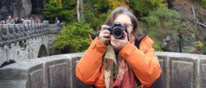 Sabine hinter der Kamera in der Sächsischen Schweiz