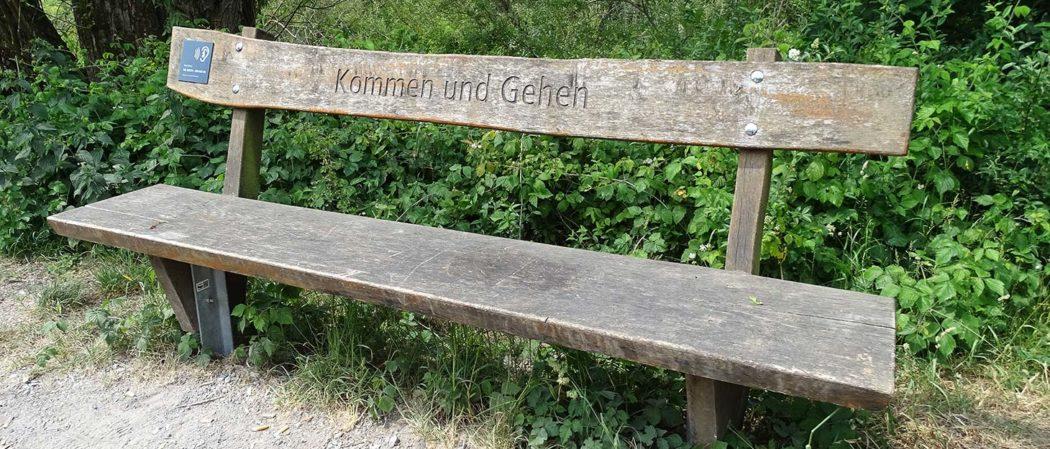 """Bank mit Schrift """"Kommen und gehen"""""""