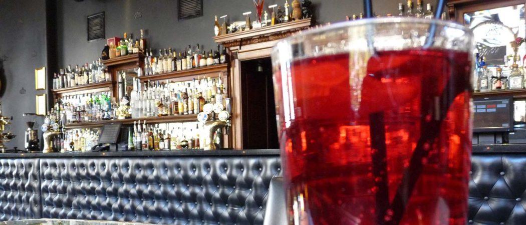 Glas mit rotem Getränk in einer Bar