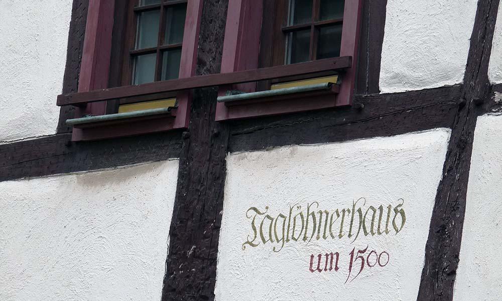 Hauswand mit Schriftzug Taglöhnerhaus