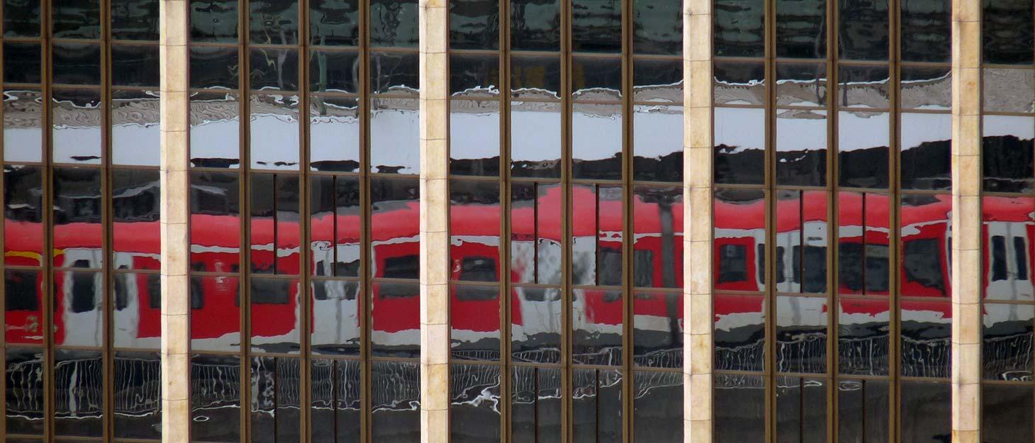 Bahn spiegelt sich im Fenster