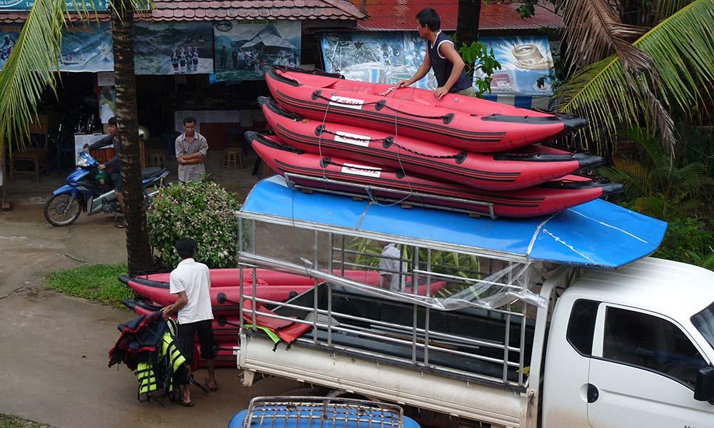 Minibus mit Schlauchbooten auf dem Dach.
