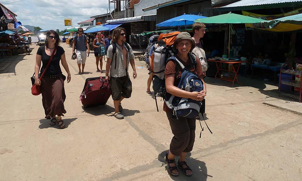 Sabine mit Rucksack auf einer Straße in Asien