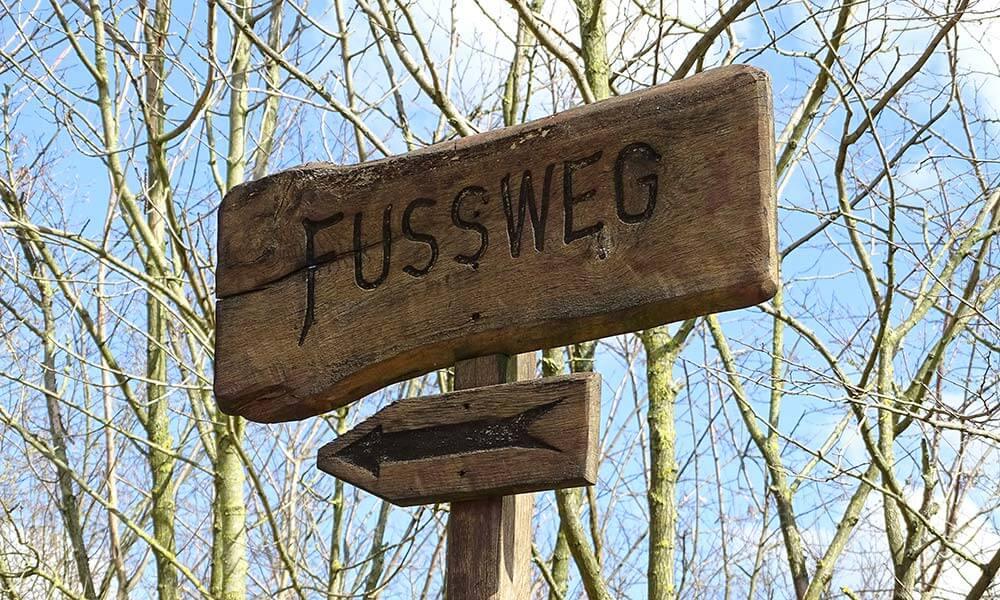 """Schild """"Fußweg"""" auf der Sophienhöhe"""