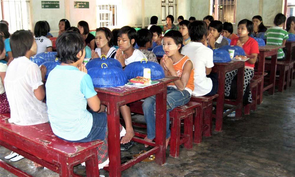 Asiatische Kinder am Tisch vor dem Essen