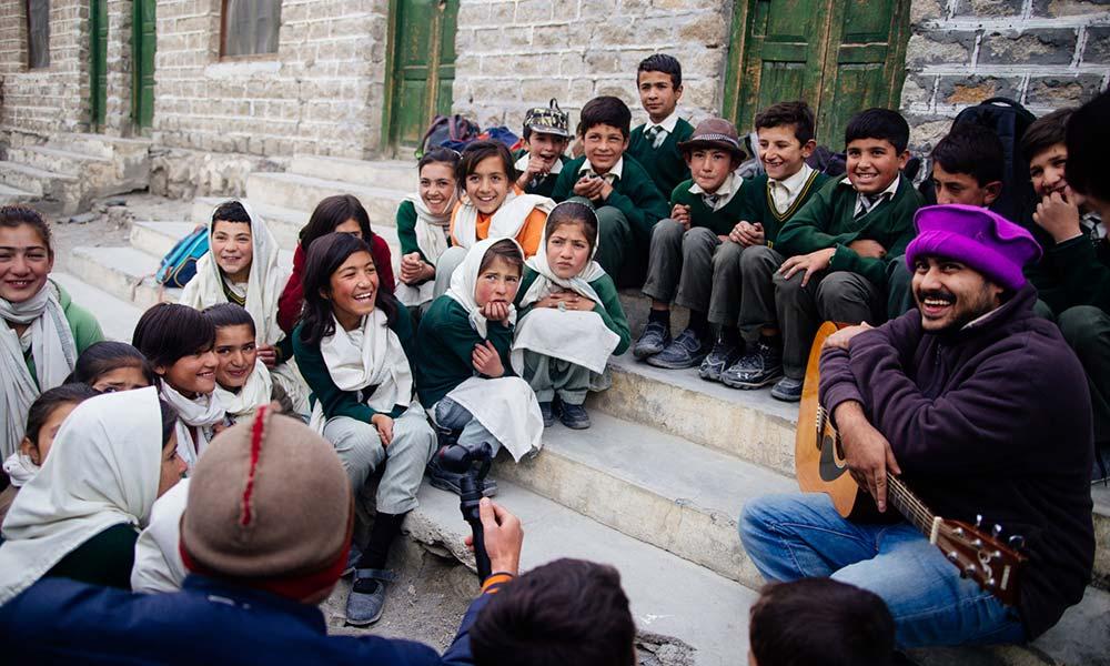 Kindergruppe auf einer Treppe