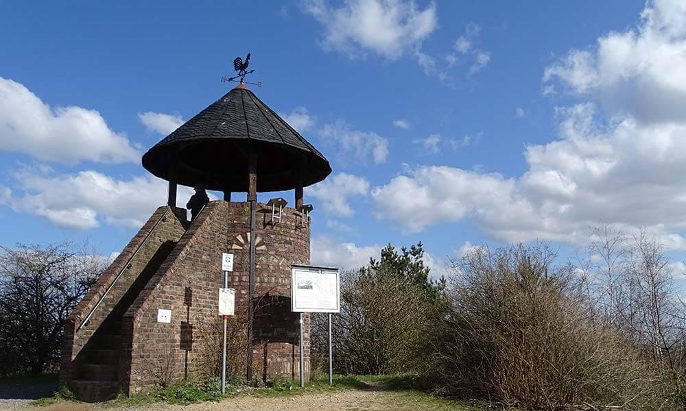 Kleiner Aussichtsturm mit Dach