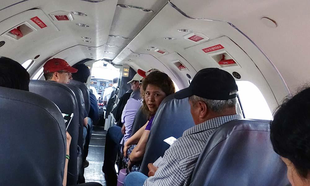 Menschen im engen Flugzeug