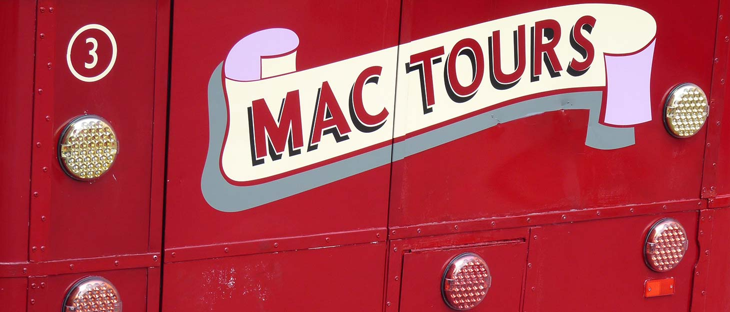 "Schild am Bus ""Mac Tours"""