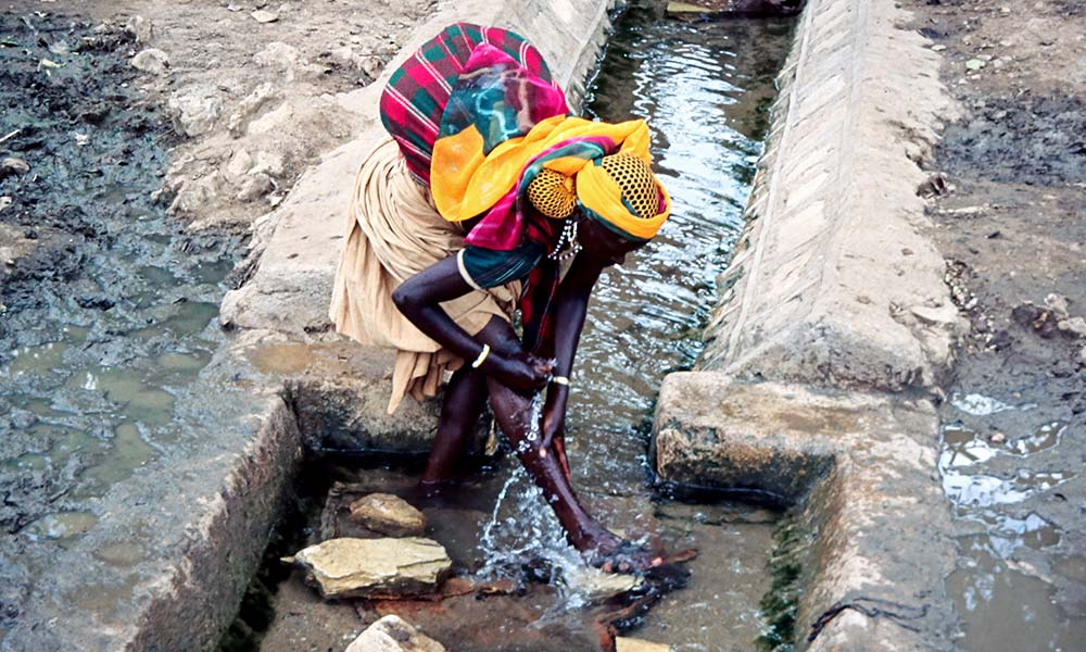 Ähtiopische Frau wäscht sich am Wasserbecken