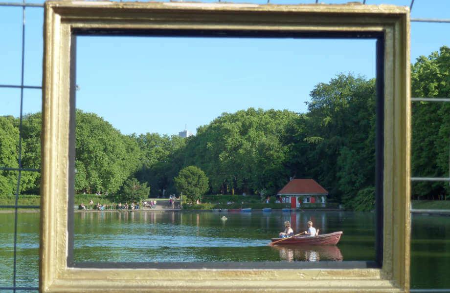 Ruderboot auf Weiher, durch einen Rahmen gesehen
