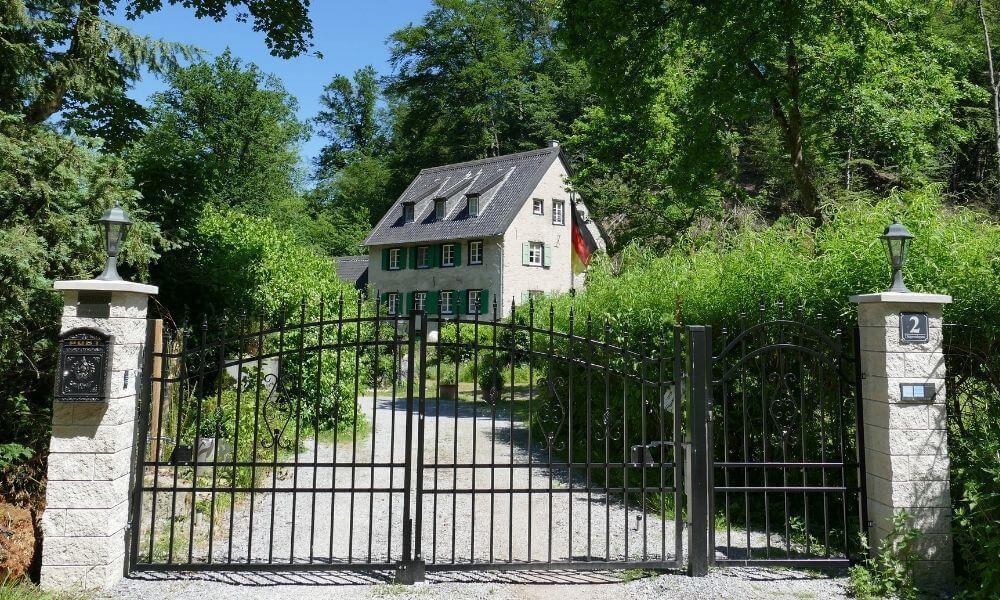 Altes Haus hinter einem Tor