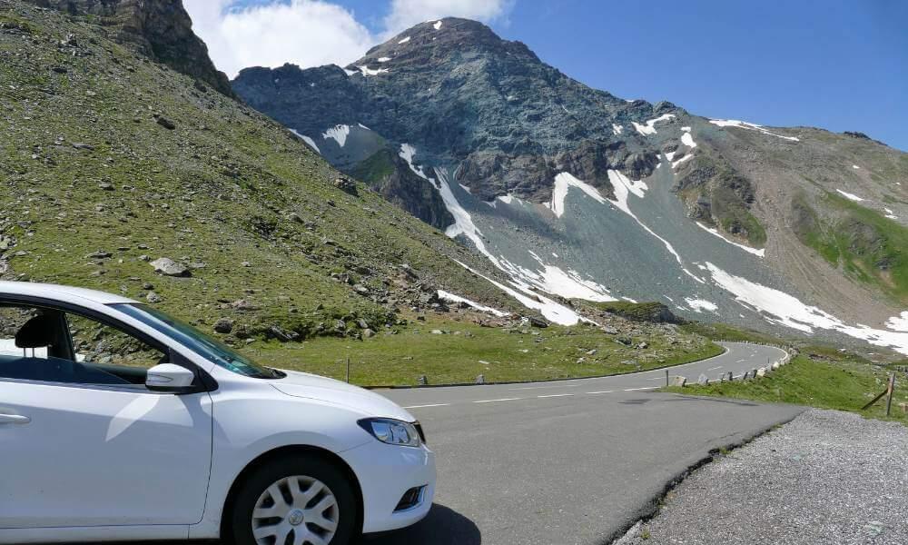 Auto vor Berg