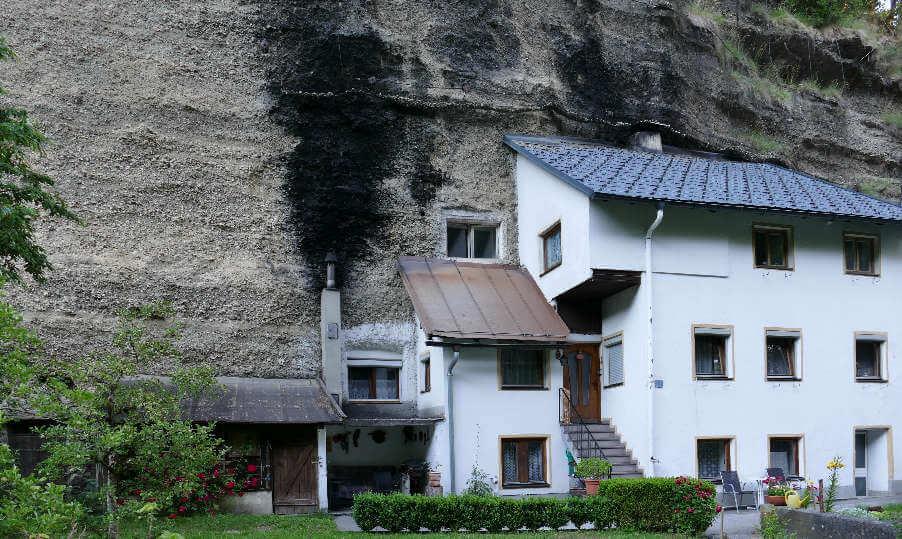 Haus in den Felsen gebaut