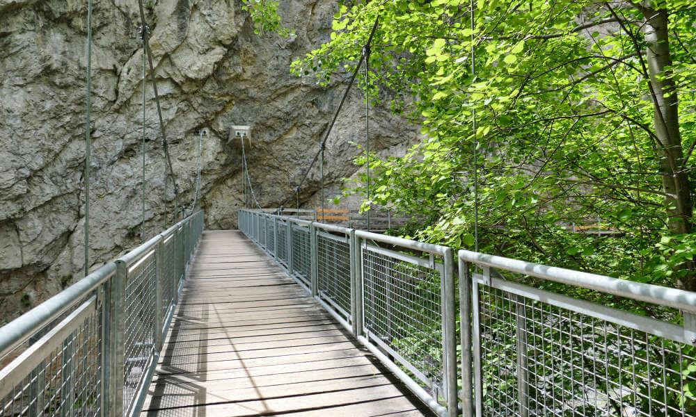 Holzbrücke mit Metallgeländer