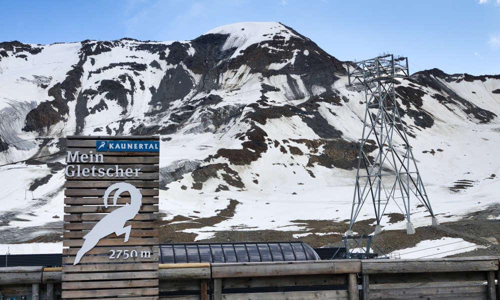 Gerüste der Bergbahn vor Bergkulisse