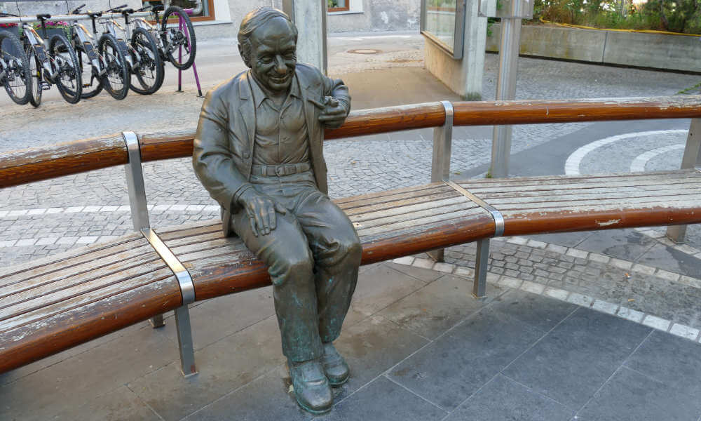 Statue Mann auf Bank