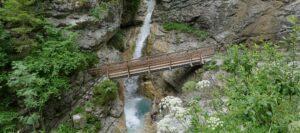 Brücke über die Rosengartenschlucht auf Klammwanderung in Tirol