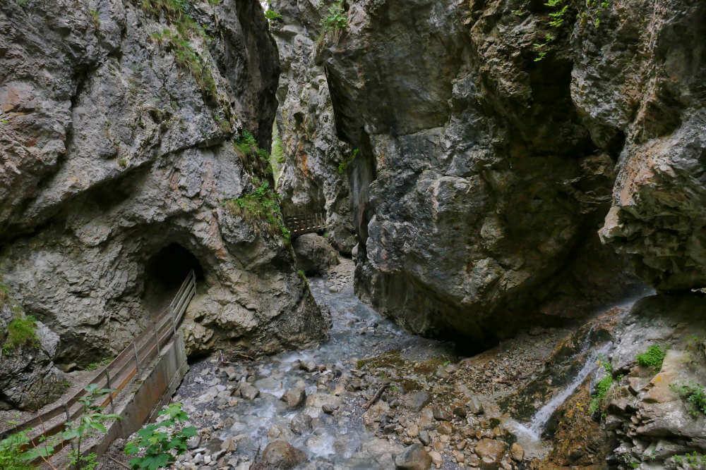 Holzstege und Felsdurchgang in einer Schlucht