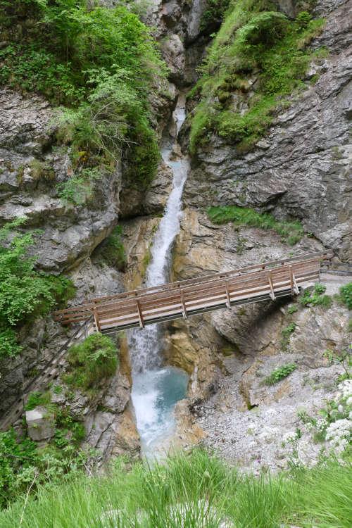 Brücke über einen Wasserfall