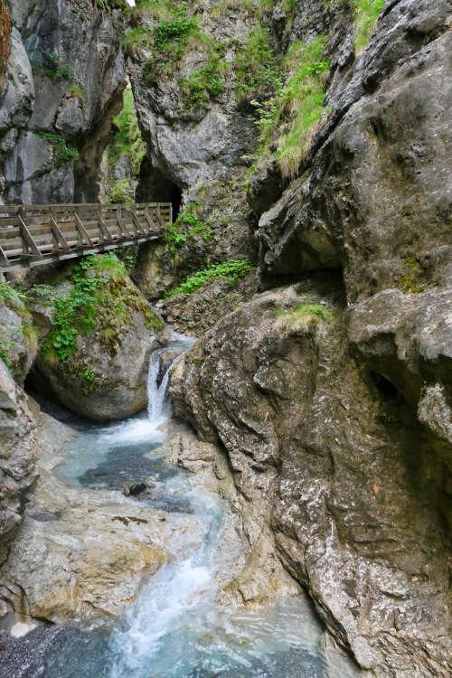 Holzsteg über einen Wasserfall bei der Klammwanderung in Tirol