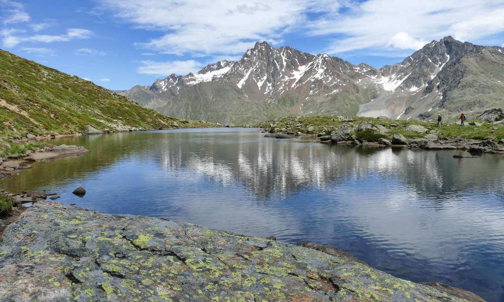 Berggipfel spiegeln sich im Bergsee