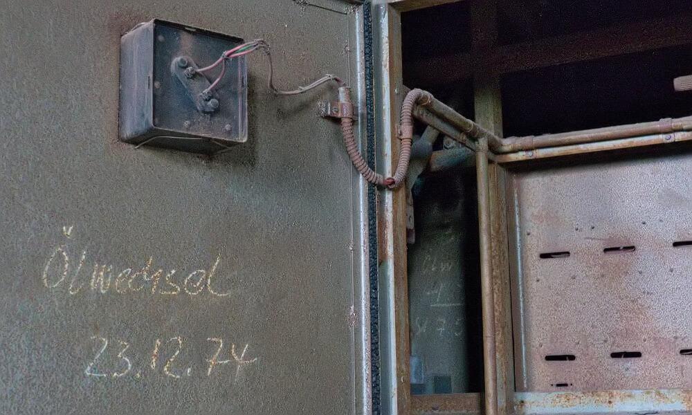 """Schrank mit Inschrift """"Ölwechsel 23.12.74"""" in Völklinger Hütte"""