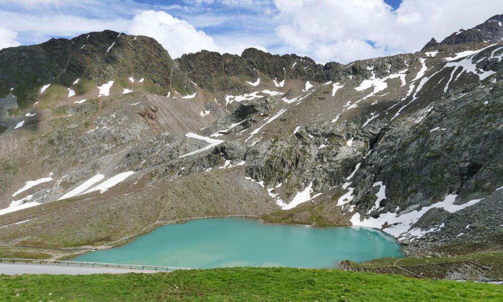 Türkisgrüner See in den Bergen im Kaunertal