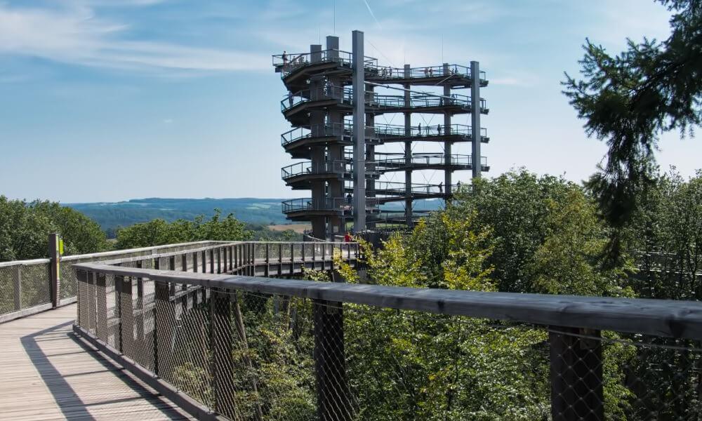 Turm am Ende des Holzpfades