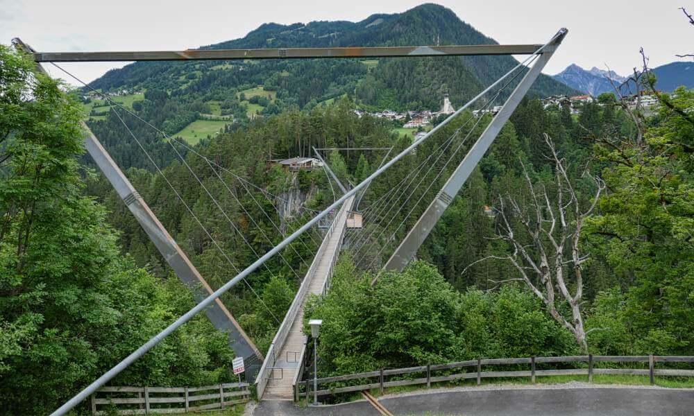 Hängebrücke übers Tal