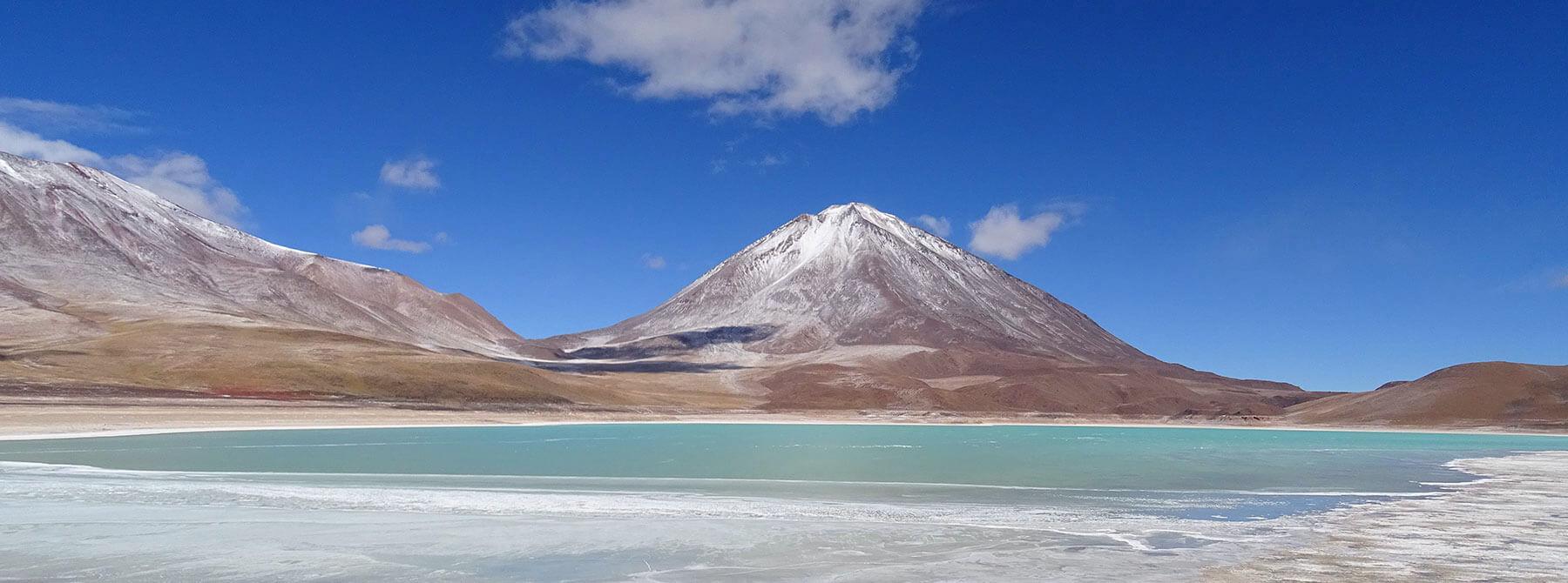 Grüne Lagune on karger Landschaft in Bolivien