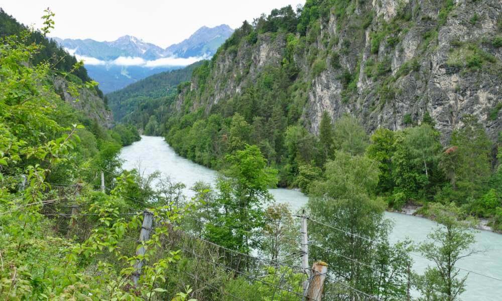 Fluss mit Felsen am Ufer