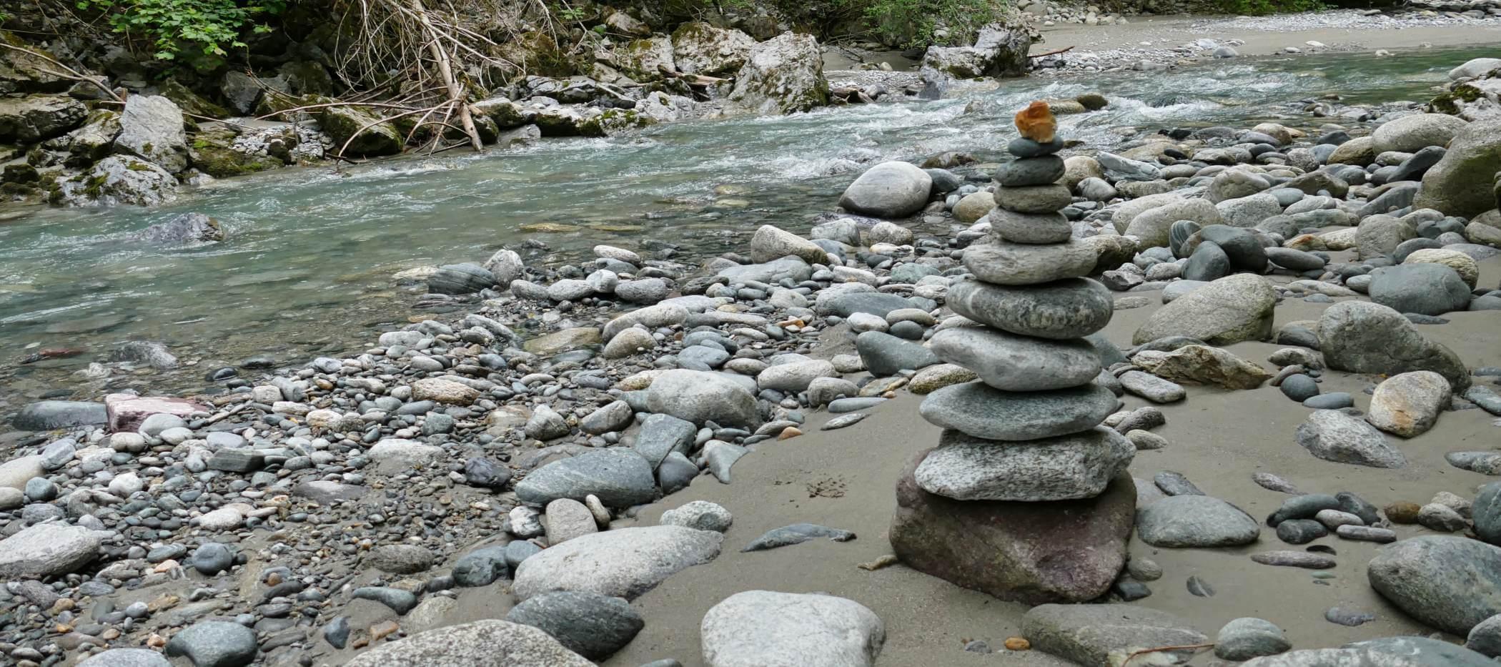 Steinmännchen am Fluss in der Pitzenklamm