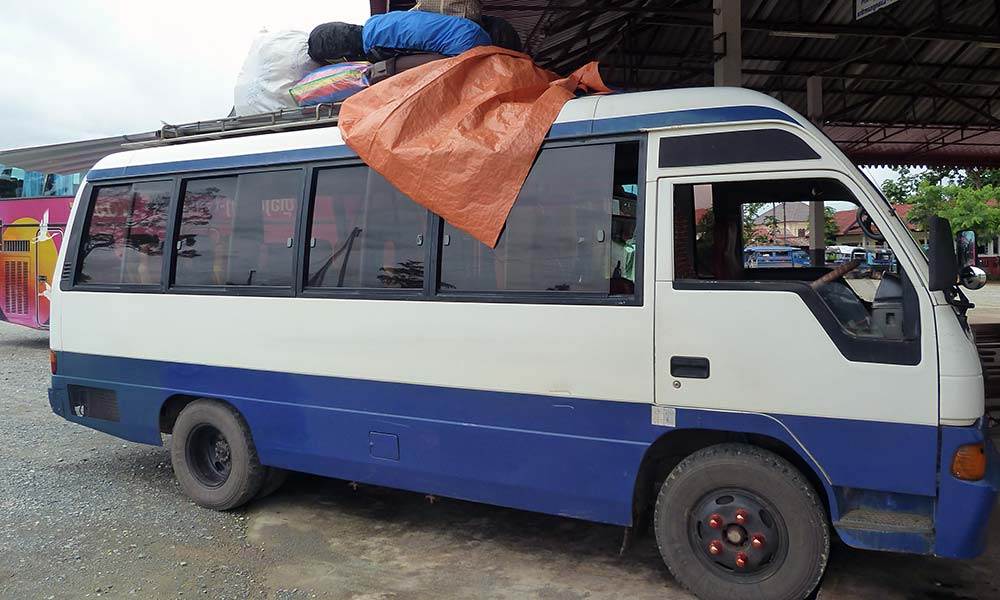 Einfacher kleiner Bus mit Planen auf dem Dach