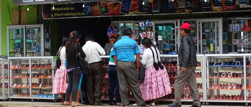 Handyladen mit Einheimischen in Bolivien