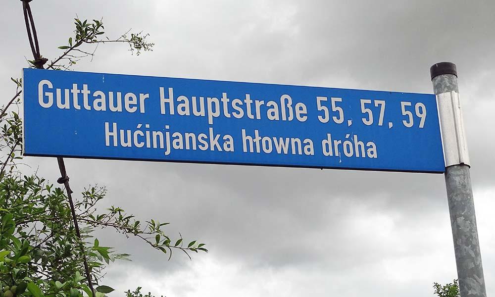 Schild mit Straßenname in Deutsch und Sorbisch